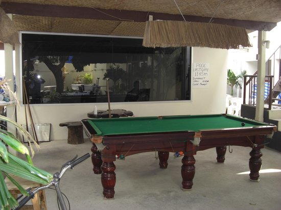Jing's Guesthouse: View of the pool table and free computer room behind it