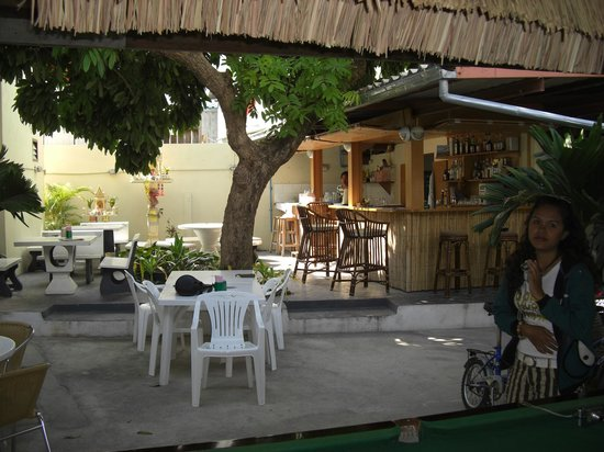 Jing's Guesthouse: Shady breakfast area of the courtyard