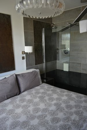 Hotel Una: Santana Bedroom Shower