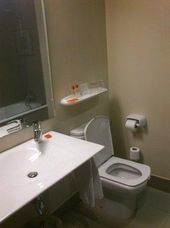 Hotel Medium Valencia: Vista general del baño