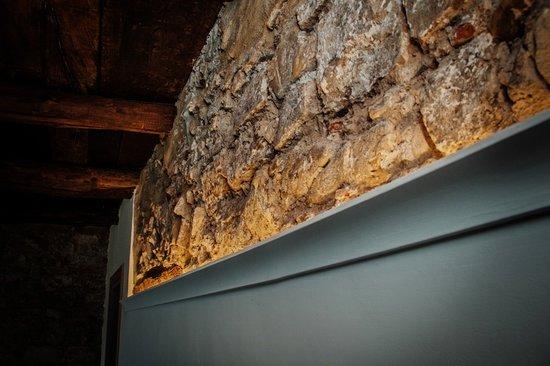 La Fenice Country House : Particolare della pietra locale presente in ogni camera.