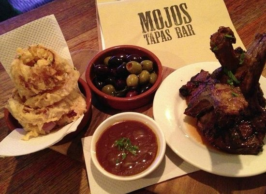 Mojo's Tapas Bar: Olives and Lamb cutlets with onion rings