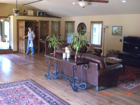 Cedar House on Sound B&B: Great Room from kitchen hallway