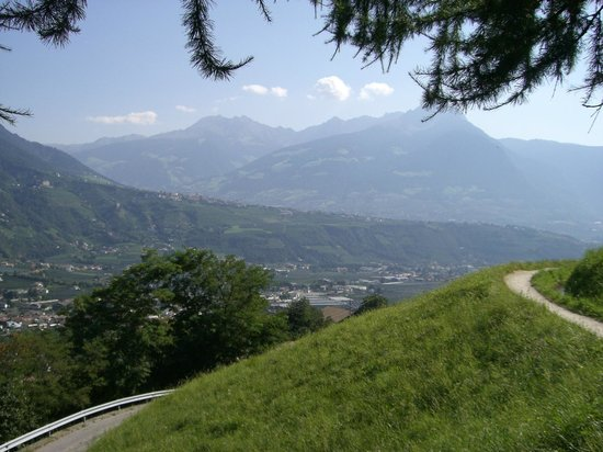 Meraner Waalrunde: Blick vom Marlinger Waalweg auf Meran