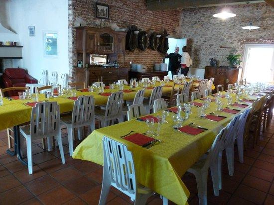 Mas Bazan: table dressée pour les nombreux convives