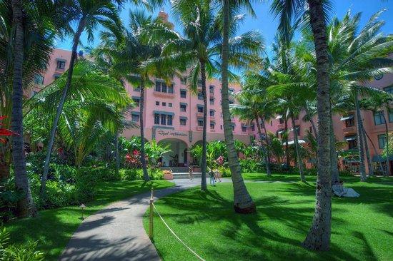The Royal Hawaiian, A Luxury Collection Resort, Waikiki: Hotel grounds