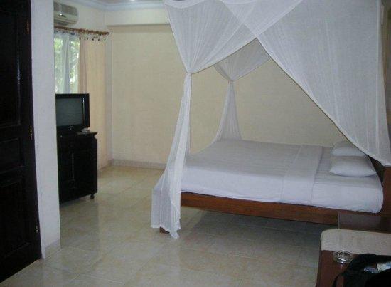 Graha Resort: 蚊帳はいいけど床が土間みたいでちょっと。
