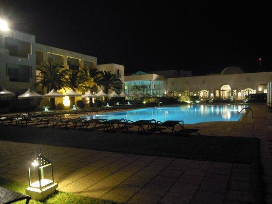 Vincci Flora Park: Piscine extérieure de l'hôtel le soir...
