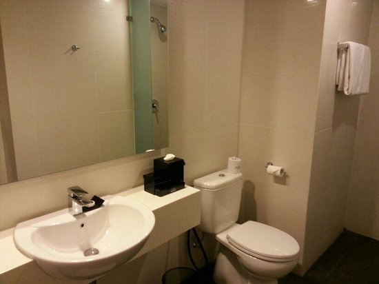 favehotel Tanah Abang - Cideng: Basic Toilet and Standing Shower