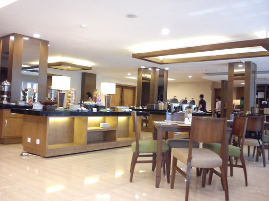 Anggrek Gandasari Hotel: Breakfast area with ample place to sit