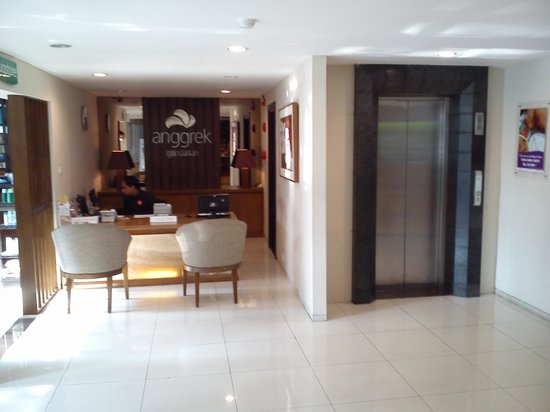 Anggrek Gandasari Hotel: The lobby and the reception desk