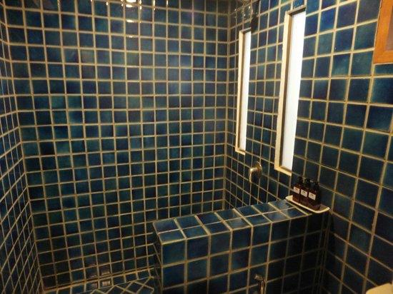 Montien House: Bathroom