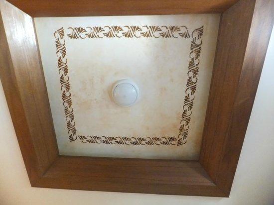Montien House: Bedroom ceiling