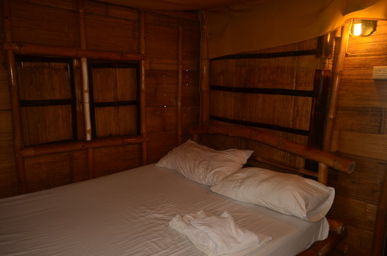 Glan, Philippines: The bedroom for the non-airconditioned cottage. Quaint.