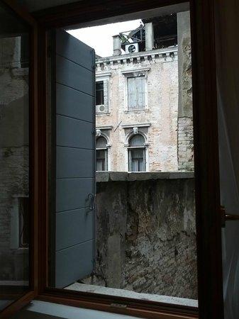 Relais Venezia: kitchen window