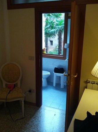 Relais Venezia: hall and bath