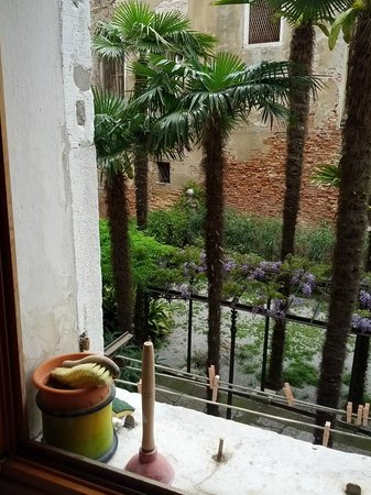 Relais Venezia: bathroom window view
