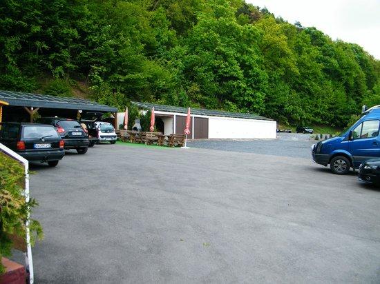 Hotel an der Nordschleife: Car park and garages