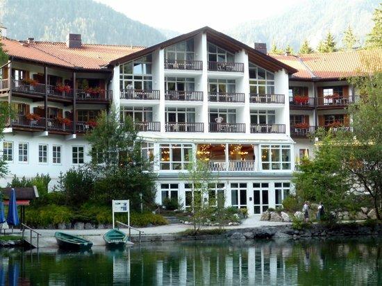 Hotel am Badersee: Vom See Blick auf das Hotel Seeseite