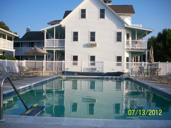 Edgewater Resort: POOL AREA