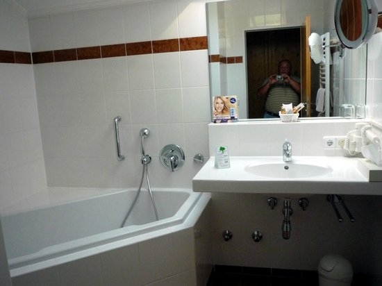 Hotel am Badersee: Bad mit Wanne und Dusche