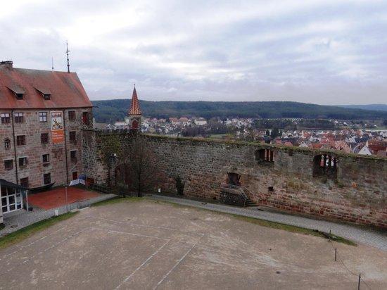 Hotel Burg Abenberg: Aussicht vom Schottenturm auf Innenhof
