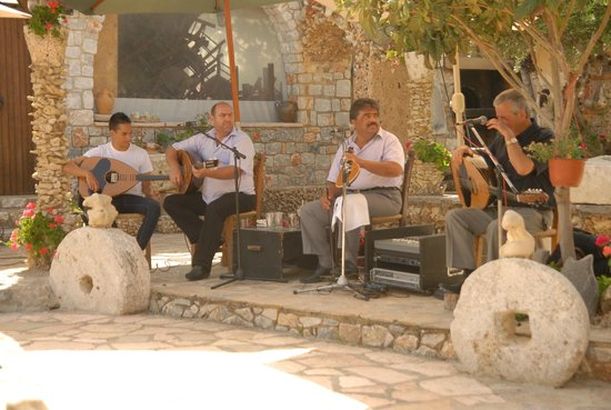 Kalyves, Greece: ΚΡΗΤΙΚΗ ΒΡΑΔΙΑ