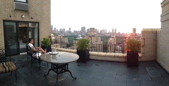 The Carlyle, A Rosewood Hotel: Watching the sun set from our terrace