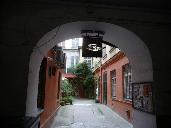Dobra Cajovna: Courtyard leading from Vaclavske Namesti