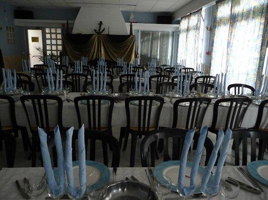 Berck, Frankrike: la salle à manger préparée pour un repas de gala