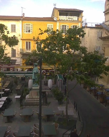 Hôtel du Forum : view from one of our rooms, facing the square
