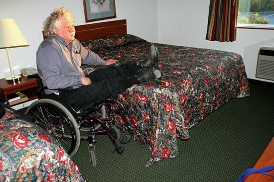 Newberg Travelodge Suites: Travelodge's standard pillowtop bed too high for wheelchair use