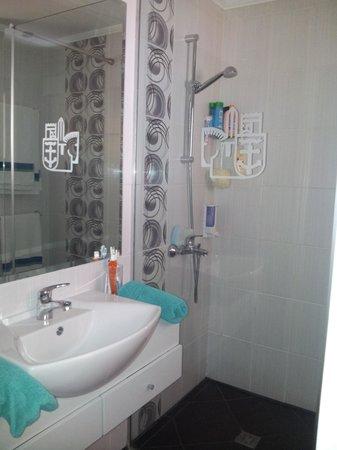 Napa Prince Hotel Apartments: Bathroom Pic 2