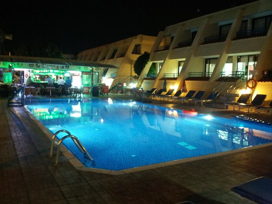 Napa Prince Hotel Apartments: Pool Bar at Night