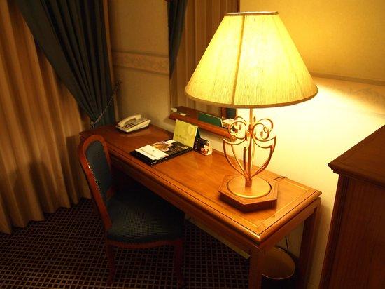 The Tawana Bangkok: Hotel Room