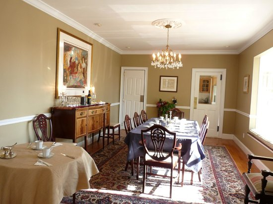 Almondy Inn: View of the dining room
