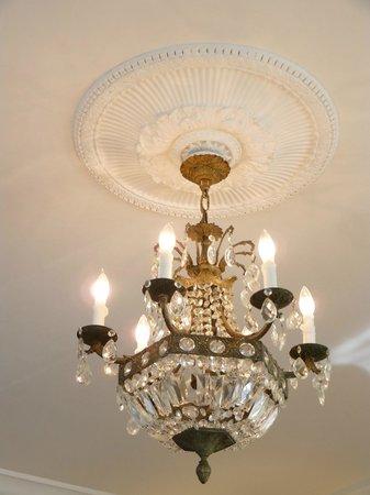 Almondy Inn: Elegant Chandelier