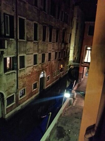 Albergo Doni: beautiful view from our room of the smelly canal