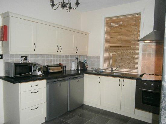 Harrogate Boutique Apartments: kitchen..
