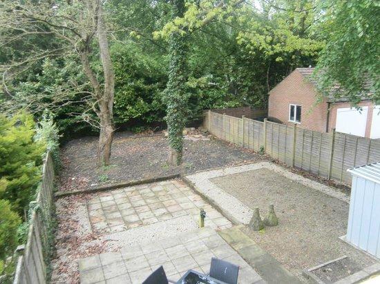 Harrogate Boutique Apartments: garden, downstairs patio set.