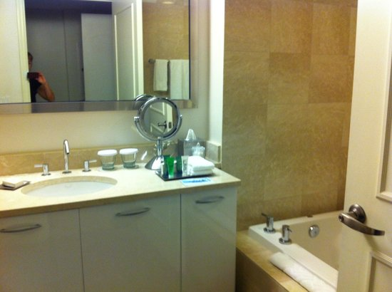 Hilton Fort Lauderdale Beach Resort: View of the bathroom