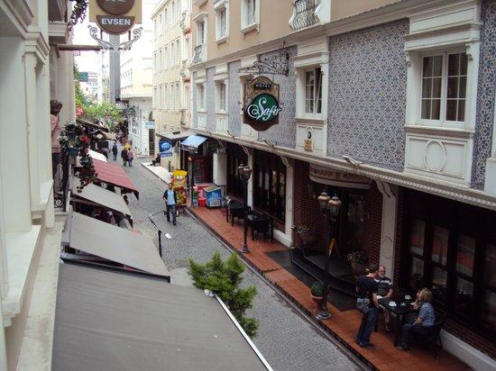 Erboy Hotel: Vue depuis la fenêtre de la chambre sur la rue piétonne