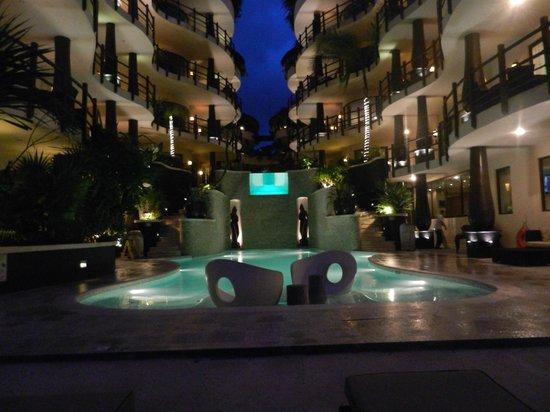 El Taj Oceanfront & Beachside Condos Hotel: Pool at night