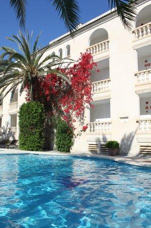 Es Baulo Petit Hotel: Außenbereich mit Pool