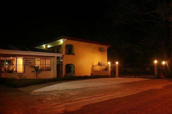 Hotel & Villas Huetares: El hotel desde afuera