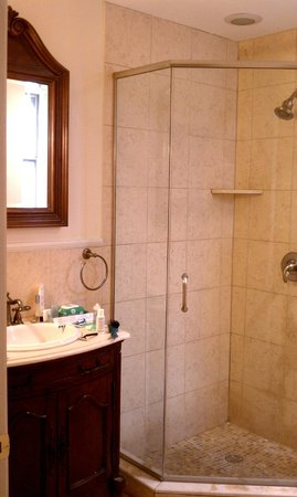 La Reserve Center City Bed and Breakfast: Lafayette Bathroom