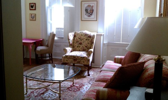 La Reserve Center City Bed and Breakfast: Living room adjoined to the kitchenette