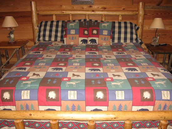 Mountain View Cabins: nice big bed