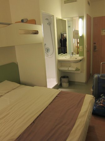 Ibis Budget Berlin Alexanderplatz: room for 2 adults and a child