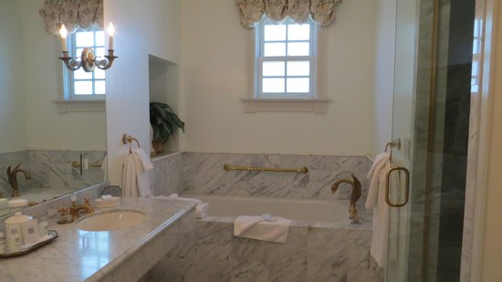 Santa Ynez Inn : The Bathroom